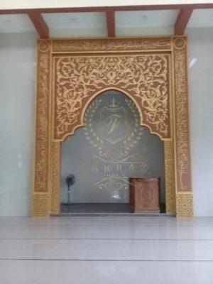 mihrab dan interior masjid